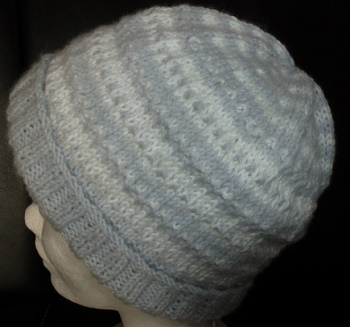 CREATION bonnet bébé tricoté main en point fantaisie gris et blanc