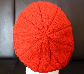 CREATION BONNET FEMME ROUGE STYLE BERET TRICOTE MAIN .