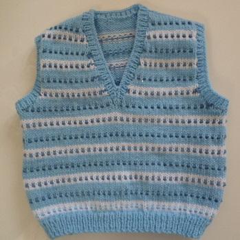 création gilet enfant tricoté main bleu et blanc pour garçons
