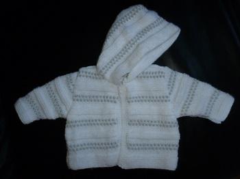 Création gilet bébé blanc et gris, point fantaisie tout doux avec capuche