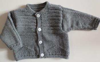 CREATION veste bébé tricotée main en gris, point de riz et jersey